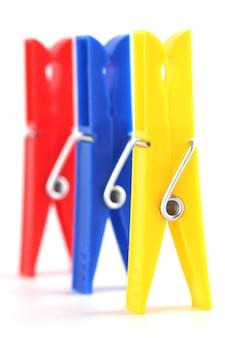 Gekleurde wasknijpers geïsoleerd op een witte achtergrond