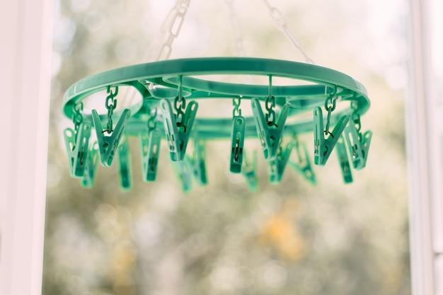 Gekleurde wasknijpers op een touw op een onscherpe achtergrond