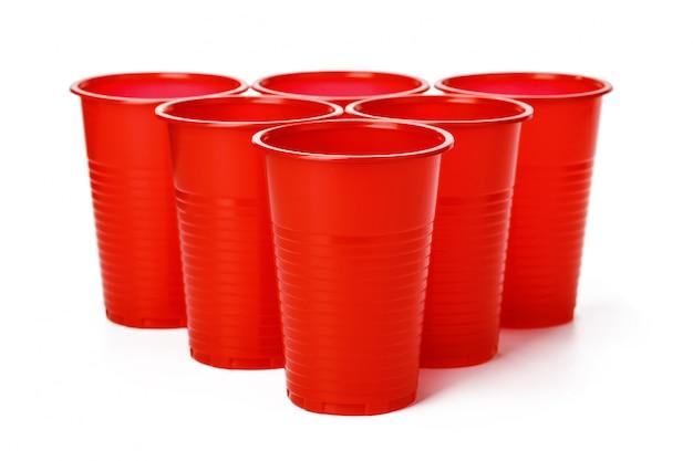 Gekleurde wegwerpbekers voor dranken die op wit worden geïsoleerd