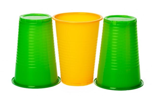 Gekleurde wegwerpbekers voor drankjes op wit