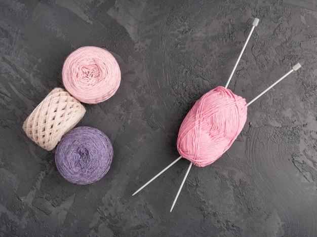 Gekleurde wol op leiachtergrond