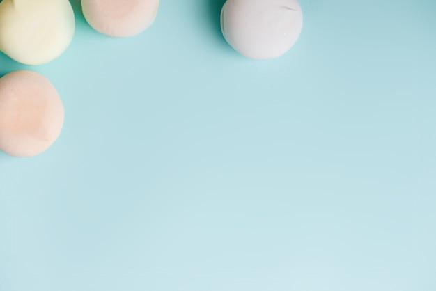 Gekleurde zoete dessert zefier marshmallows op blauwe achtergrond. air marshmallows. banketbakkerij. ruimte, frame concept kopiëren