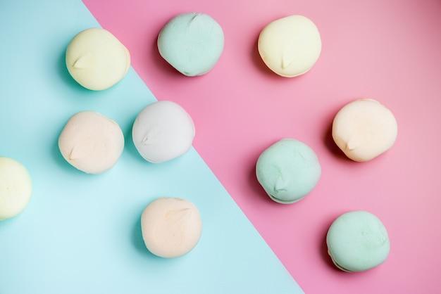 Gekleurde zoete dessert zephyr marshmallows op roze & blauwe achtergrond. air marshmallows. close up, fooð² fotografie