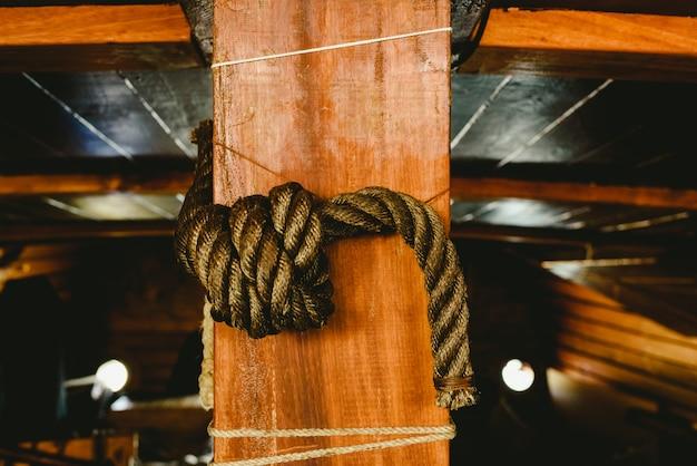 Geknoopte bootkabels om zeilen te houden.