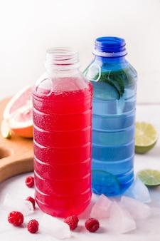 Gekoelde isotone sportdranken met limoen en framboos