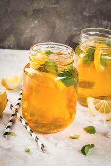 Gekoelde zomerthee met ijs, munt en citroen.