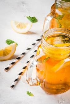 Gekoelde zomerthee met munt en citroen