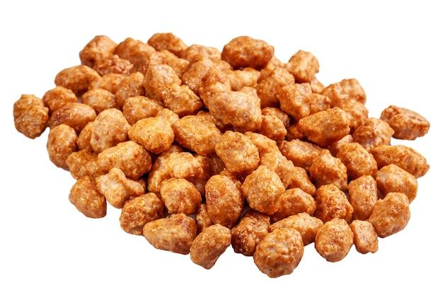 Gekonfijte pinda's in honing en suikerglazuur geïsoleerd op wit