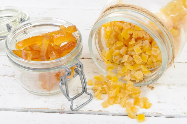 Gekonfijte sinaasappelen in stukjes gesneden