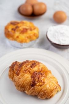 Gekookt brood met ingrediënten eieren en tapiocameel in een kopje.