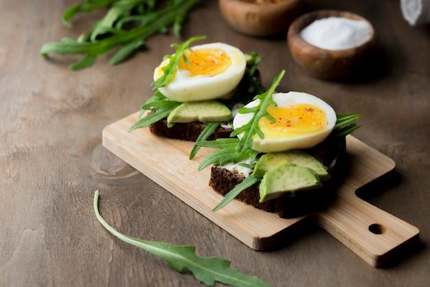 Gekookt ei op een snijplank