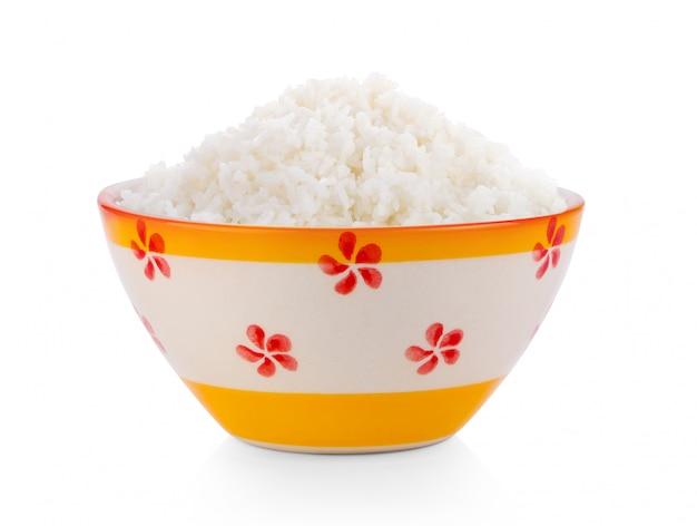 Gekookt jasmin rice in ceramische kom op witte muur