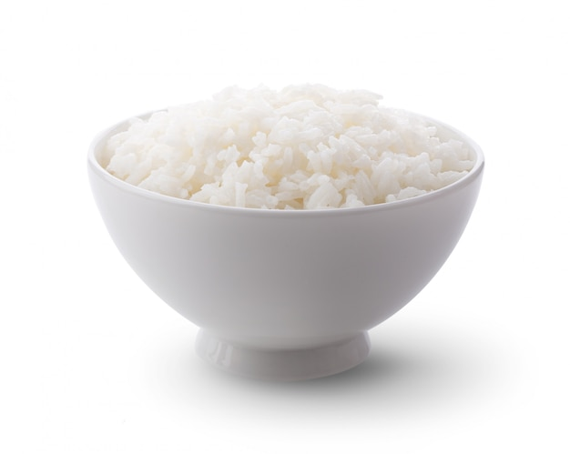 Gekookt jasmin rice in witte kom op witte muur.