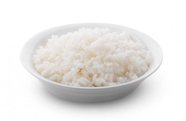 Gekookt jasmin rice in witte plaat op witte muur