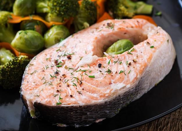 Gekookt op steak van stoomzalm met groenten.