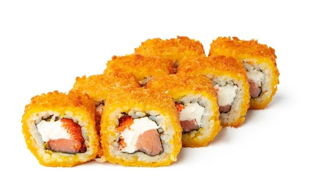 Gekookt sushibroodje dat op witte achtergrond wordt geïsoleerd