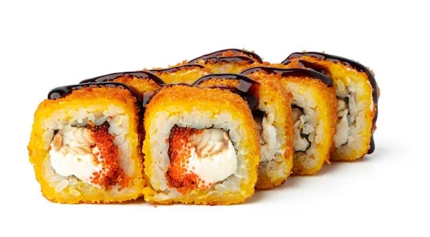 Gekookt sushibroodje dat op witte oppervlakte wordt geïsoleerd