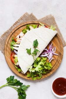 Gekookt vlees en groentenkebab op pitabroodje