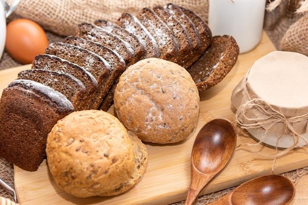 Gekookt zelfgebakken brood met toevoeging van natuurlijke honing.