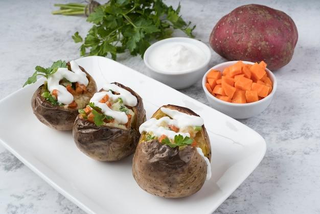 Gekookte aardappelen met verschillende ingrediënten