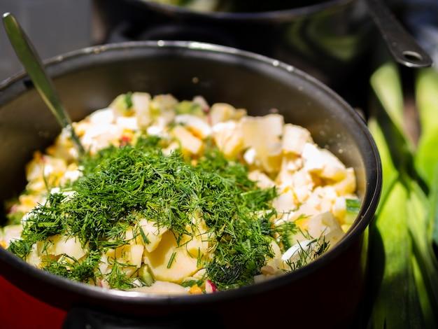 Gekookte aardappels bestrooid met gehakte dille
