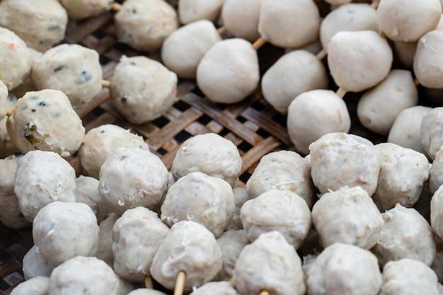 Gekookte bal met stokken, thais stijlvoedsel. straat fastfood in thailand, close-up