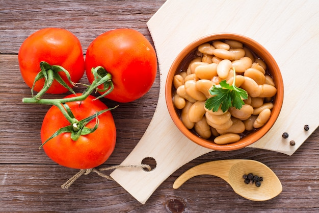 Gekookte bonen in tomatensaus in een kom