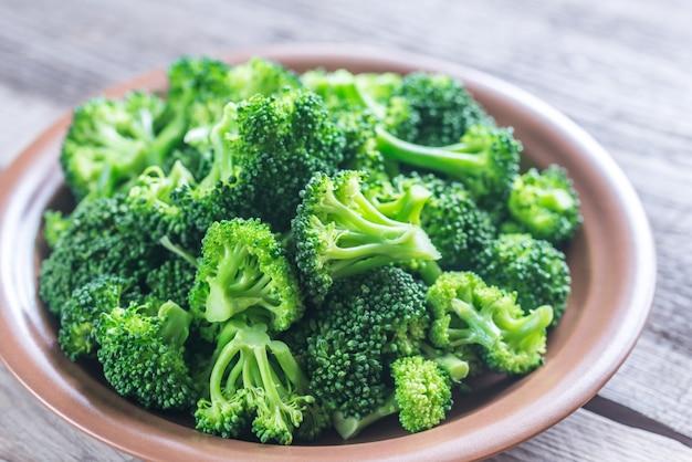Gekookte broccoli op de plaat