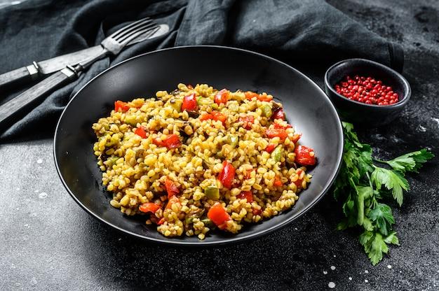 Gekookte bulgur met groenten en kippenvlees