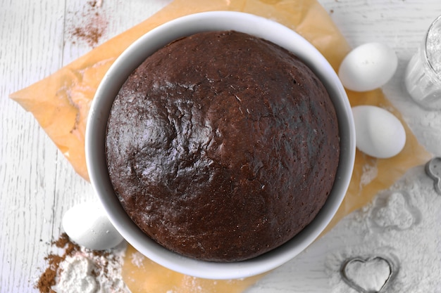 Gekookte chocoladetaart in een bakplaat op een tafel, bovenaanzicht Premium Foto