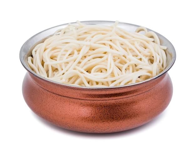 Gekookte chow mein- of hakka-noedels