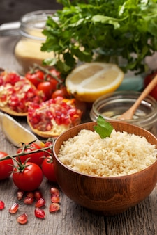 Gekookte couscous, verse groenten voor salade