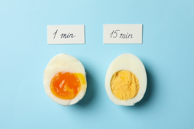 Gekookte eieren en etiketten met kooktijd