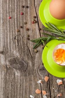 Gekookte eieren en rozemarijn
