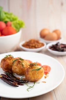 Gekookte eieren gewokt met tamarindesaus.