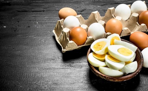 Gekookte eieren in een kom