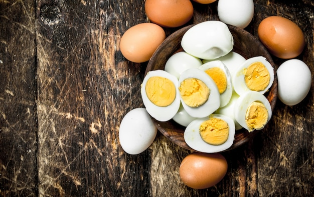 Gekookte eieren in een kom.