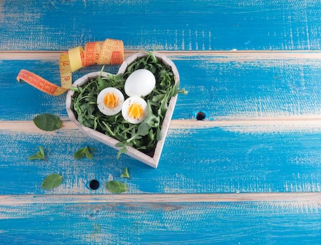 Gekookte eieren in houten hart met meetlint