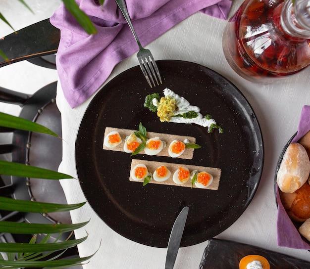 Gekookte eieren met oranje kaviaar