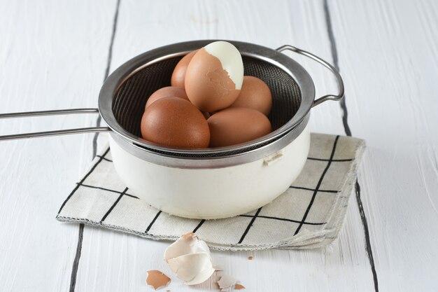 Gekookte eieren op bord