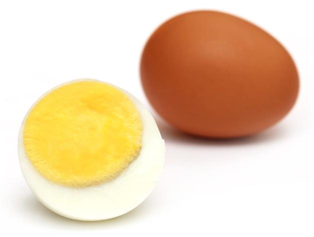 Gekookte eieren op witte achtergrond