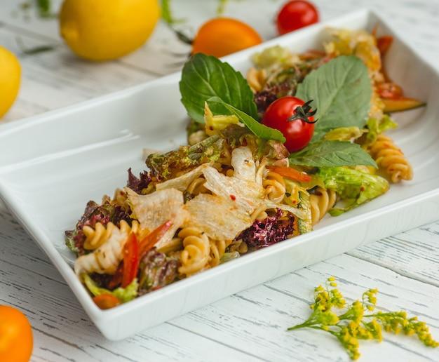 Gekookte fusilli met groenten en groen
