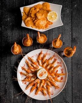 Gekookte garnalen met rode peper en citroen