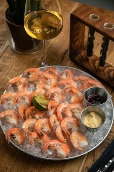 Gekookte garnalen van het menu van een amerikaans restaurant