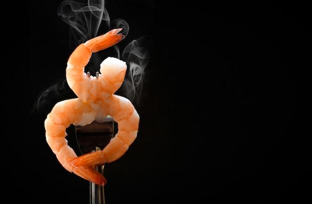 Gekookte garnalen van zeevruchtengarnalen oceaan gastronomisch diner in vork