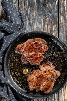 Gekookte gegrilde marmeren steak chuck roll in een pan.