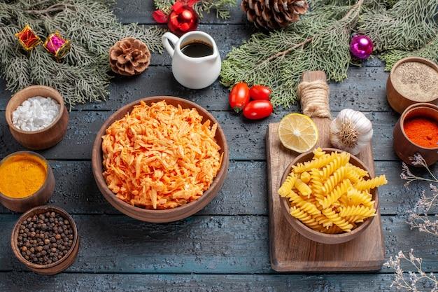 Gekookte gemalen pasta met kruiden op donkerblauw