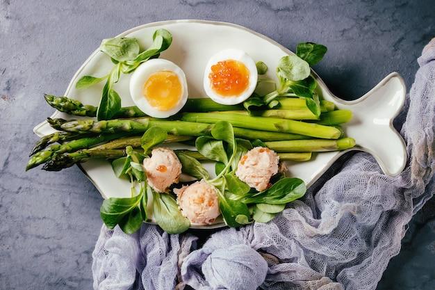 Gekookte groene asperges met ei