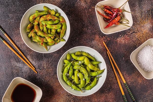 Gekookte groene edamame, japans eten. bovenaanzicht.