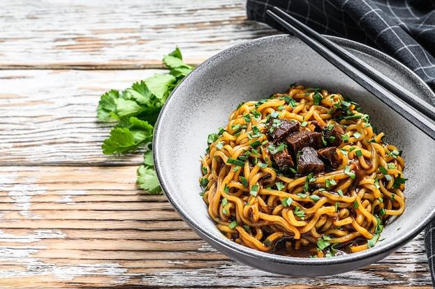 Gekookte instantnoedels met soja in een kom